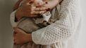 Columniste Brenda die haar baby vasthoudt