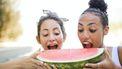 twee vrouwen eten een stuk watermeloen. vruchtbaarheid verhogen