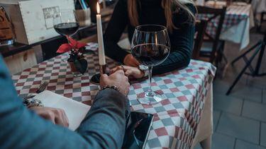 koppel heeft een date in een restaurant