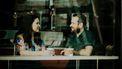 Lichaamstaal / Man en vrouw drinken koffie aan bar