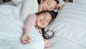 Dochter die al vroeg bij haar moeder in bed is gekropen