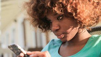 vrouw op smartphone