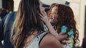 Moeder en dochter die knuffelen en grapjes maken over de waarheden rond moederschap