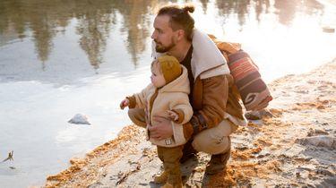 sterrenbeeld weegschaal / man met klein kindje bij een meer