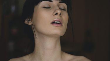 Gezicht van een vrouw waarop je ziet dat ze geniet van de sex