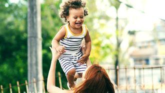 Moeder die kind in de lucht gooit