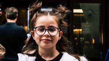 brillen / meisje met bril en knotjes