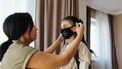 Moeder die haar dochter een mondkapje opzet volgens het nieuwe normaal
