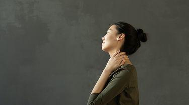 Vrouw die last heeft van spierpijn