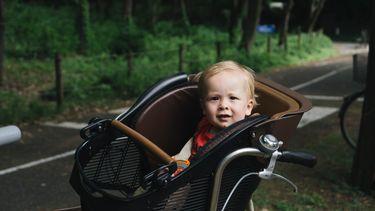 kind in een fietsstoeltje