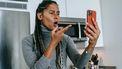 Vrouw heeft videogesprek op haar telefoon en is het geklaag zat