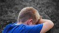 Teleurgesteld kind dat in zijn armen huilt