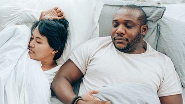 samen slapen / koppel ligt in bed