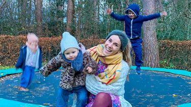 Laura van heuven met haar kinderen op een trampoline na een tantrum