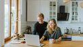 Een man en een vrouw die online babyspullen kopen met korting bij Lidl