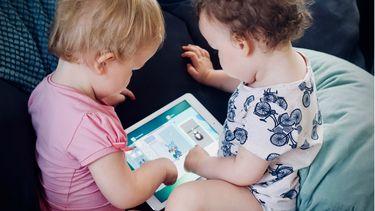 twee kleintjes kijken op ipad naar filmpjes voor peuters