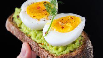 Gepeld eitje op een broodje avocado