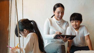 Moeder met haar kinderen die kinderspelletjes spelen