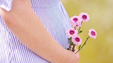vrouw met een zwangere buik