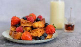 Een stapel wentelteefjes met roodfruit, het perfecte moederdagontbijt