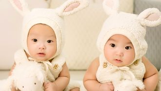 tweeling in konijnenpakjes