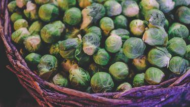 bak met spruitjes, een groente die je gemakkelijk lekkerder kunt maken