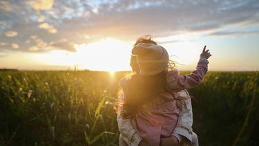 Moeder met haar dochter buiten in de natuur