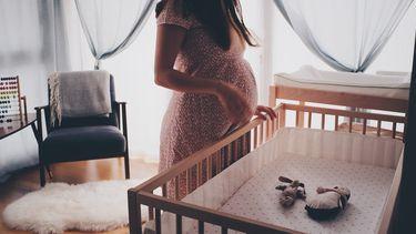 Babykamer tweeling / Moeder in verwachting bij ledikant