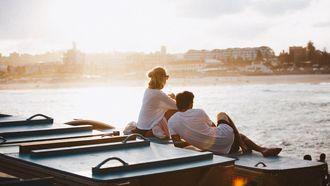 stel zit uit elkaar op een boot