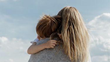 moeder stelt vragen aan kind