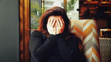 Een vrouw die hoofdpijn heeft tijdens haar zwangerschap