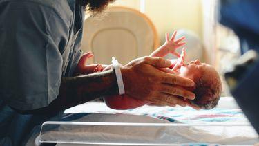 Pasgeboren baby in het Gouden uur na de geboorte