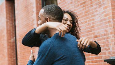 Man en vrouw die sorry zeggen tegen elkaar