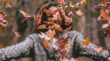 najaarsdip tegengaan / vrouw met herfstblaadjes