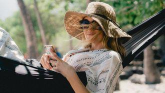 vrouw ligt ontspannen in een hangmat