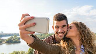 foto's / vrouw kust man en maakt selfie