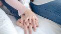 Handen van ouders en kind
