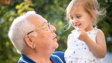 Opa's die kleindochter vasthoudt, maar geen kus of knuffel afdwingt