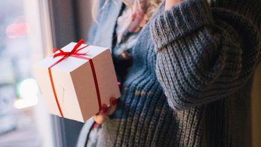 Vrouw die het beste cadeau krijgt tijdens de zwangerschap