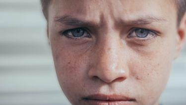 Jongen die verdrietig is doordat zijn vader een affaire had