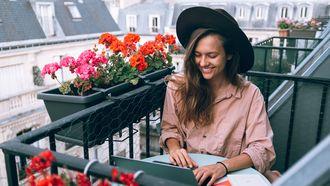 Vrouw die gelukkig en productief aan het werk is