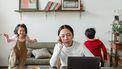 Moeder die moet thuiswerken met kinderen en behoefte heeft aan tips van ouders