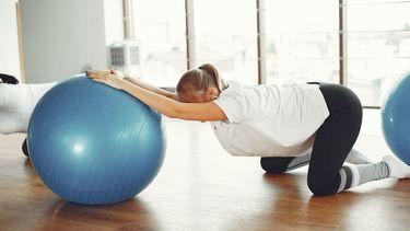 zwangere vrouw is aan het sporten tijdens zwangerschap