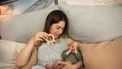 Moeder die met haar baby speelt en kenmerken van autisme denkt te zien