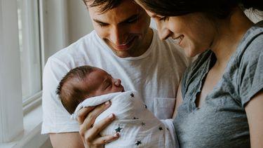 Vader en moeder en hun pasgeboren baby