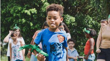 buiten spellen / kinderen spelen samen buiten