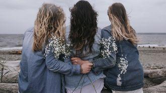 groepje vriendinnen met armen om elkaar heen