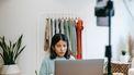 Vrouw die parttime werkt achter haar laptop