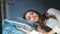 Vrouw slaapt op zijden kussensloop
