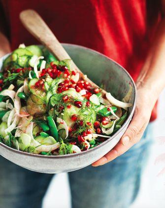 Koolhydraatarme salade met venkel en granaatappel-limoendressing in kom